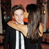"""Frisch gestriegeltbegleitet Brooklyn seine Mutter 2013 zum """"Harper's Bazaar Women of the Year Award""""- dafür gibt's von Mama auch ein Küsschen."""