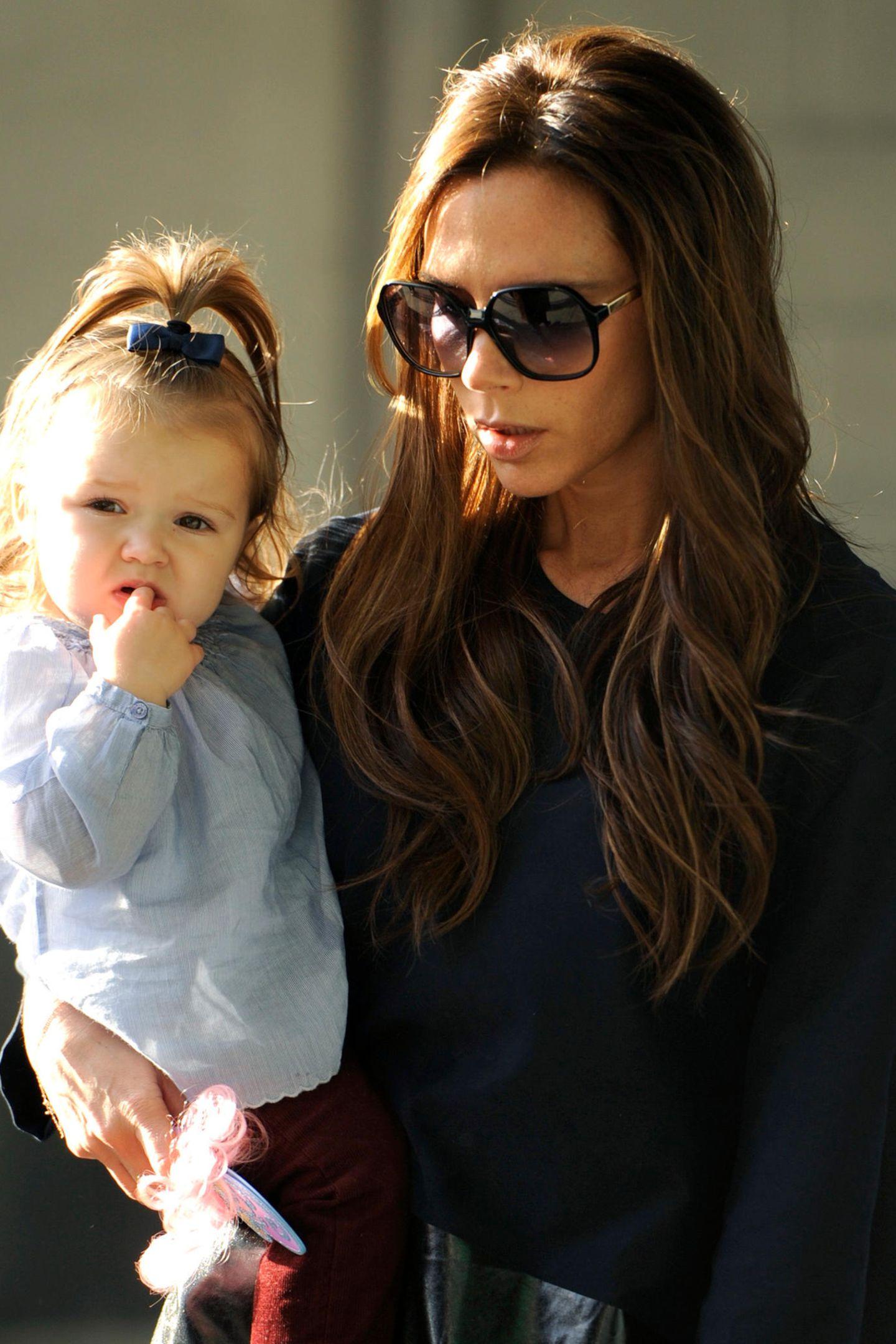 Mit Harper Seven geht 2011 für Victoria Beckham ein Lebenstraum in Erfüllung: ein Mädchen zum Liebhaben, das in ihre stylischen Fußstapfen tritt.Für Victoria und David ist Harper nach den drei Söhnen Brooklyn, Romeo und Cruz das vierte Kind.