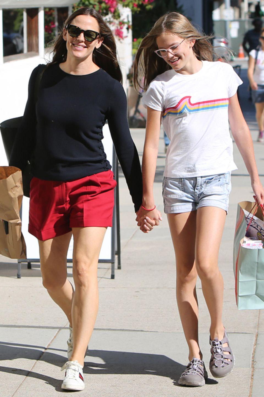 Wow, im Sommer 2019 hat Violetihre Mama größenmäßig bereits eingeholt, wie man bei der gemeinsamen Shopping-Tour durch Santa Monica deutlich sieht.