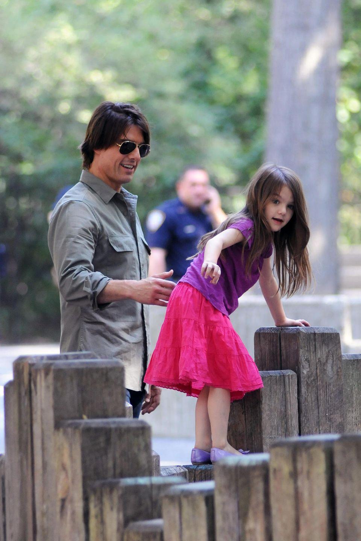 2006 kommt Suri Cruise als Tochter von Tom Cruise und Katie Holmes zur Welt. Unter den Augen der Öffentlichkeit wächst das süße Mädchen heran, das schon früh mit ihrenmodischenOutfits für Aufsehen sorgt.