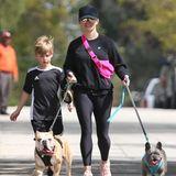 24. März 2020  Reese Witherspoon und Sohn Tennessee nehmen sich eine Auszeit von der häuslichen Quarantäne. Mit den beiden französischen Bulldoggen machen sie einen Spaziergang an der frischen Luft