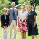 """23. Juli 2019  Prinz Edward ist Schirmherr der """"Bristol Zoological Society"""" und zur offiziellen Eröffnung des Tiergartens """"Wild Place Project"""" in Bristol bringt der jüngste Sohn der Queen seine ganze Familie mit. Zusammen beobachten und füttern der Prinz und seine Gattin Gräfin Sophie mit den Kindern James, Viscount von Severn, und Lady Louise die Tiere. Ein schöner Ausflug an einem sonnigen Ferientag."""