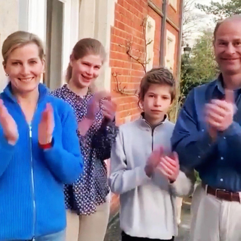 26. März 2020  In der schweren Coronakrise will der jüngste Sohn der Queen, Prinz Edward, mit seiner Familie Gräfin Sophie von Wessex, Lady Louise und James, Viscount von Severn ein Zeichen setzen. In einem kurzen Video bedankt er sich bei allen Menschen, die sich in diesen Zeiten in vorderster Linie um Infizierte des Virus kümmern und damit auch ihre Gesundheit riskieren.