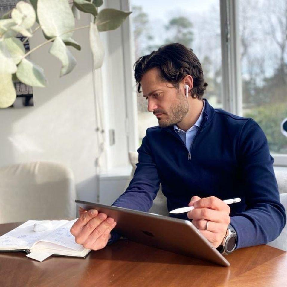 """26. März 2020  Prinz Carl Philip bittet auf Instagram: """"Haltet uns in allen Bereichen auf dem Laufenden, in denen wir tätig sein. Also Gesundheitswesen, Lebensmittel und gemeinnützige Organisationen. Ein großer Schwerpunkt liegt auf der Aktualisierung und Festlegung neuer strategischer Pläne mit unseren Mitarbeitern""""."""