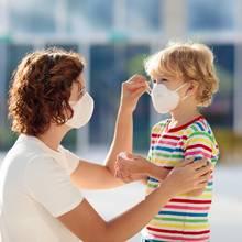 Ihren Mundschutz können Sie auch ganz einfach selber nähen. Damit können Sie dazu beitragen, die Ausbreitung des Coronavirus zu verlangsamen.