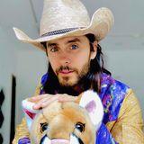"""Jared Leto holt sein inneres Kind heraus und wird im Cowboy-Look zum """"Tiger King""""."""