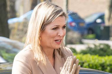 Statt Händeschütteln drückt die niederländische Königin ihre Handflächen gegeneinander - und zeigt dabei ihre beigefarbenenHandschuhen, farblich abgestimmt zum restlichen Look. So stylish schützt sich Máxima vor den Viren.