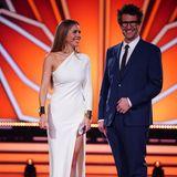 """Engelsgleich in einem One-Shoulder-Dress in der Farbe Weiß läuten Victoria Swarovski mit Co-Moderator Daniel Hartwich die neue Staffel von """"Let's Dance"""" ein. Auch hier darf der tiefe Beinschlitz an Victorias Kleid nicht fehlen."""