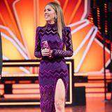 In Live-Show Zwei bezaubert Victoria in einem lilafarbenem Zick-Zack-Kleid mit XXL-Beinschlitz.