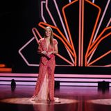 Auch in Live-Show vier greift Victoria Swarovski zu einem bodenlangen Kleid mit tiefen Ausschnitt am Dekolleté und am Bein. Glitzer-Applikationen am ganzen Kleid lassen die hübsche Moderatorin gleich zweifach strahlen.