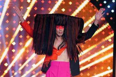 """""""Let's Dance""""-Juror JorgeGonzález ist für seine skurrilen Bühnenoutfits bekannt. Doch dieser Look übertrifft seine bisherigen: Seine XXL-Langhaarperücke mit roten Strähnen ist der Hingucker der fünften Live-Show. Ganze 4,5 Stunden hat es gedauert, die Perücke auf Jorges Kopf zu drapieren. Netter Nebeneffekt in der Coronakrise: Keiner kommt dem Juroren zu Nahe."""
