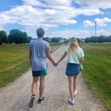 Was für ein süßes Bild: Jaden Agassi, Sprössling der beiden Tennis-Legenden Steffi Graf und Andre Agassi, gratuliert seiner Freundin Reese mit diesem Foto auf Instagram. Aber nicht nur von hinten ist das Paar hübsch anzusehen ...
