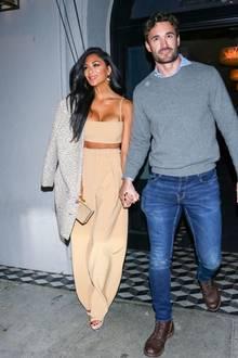 Zurecht gemacht von Kopf bis Fuß spaziert das Paar aus einem Restaurant in Los Angeles.