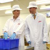 10. März 2020  Im Fabrik-Partnerlook haben Gräfin Sophie und Prinz Edward ihren Spaß in der Tiptree-Marmeladenfabrik.