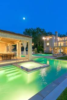 Im Garten wartet ein weitläufiger Pool, in dem man unter freiem Himmel die Sterne beobachten kann - Romantik pur!
