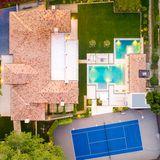 """Ein Blick aus der Vogelperspektive zeigt, wie gut das Anwesen """"Petra Manor"""" geschnitten ist. Hier bleibt kein Wunsch offen!"""