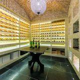 Das Anwesen verfügt sogar über einen Weinkeller mit integrierter Beleuchtung an der Wand.