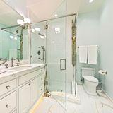 Hell, modern und mit feinstem Marmor ausgestattet: Eines der zehn Badezimmer.
