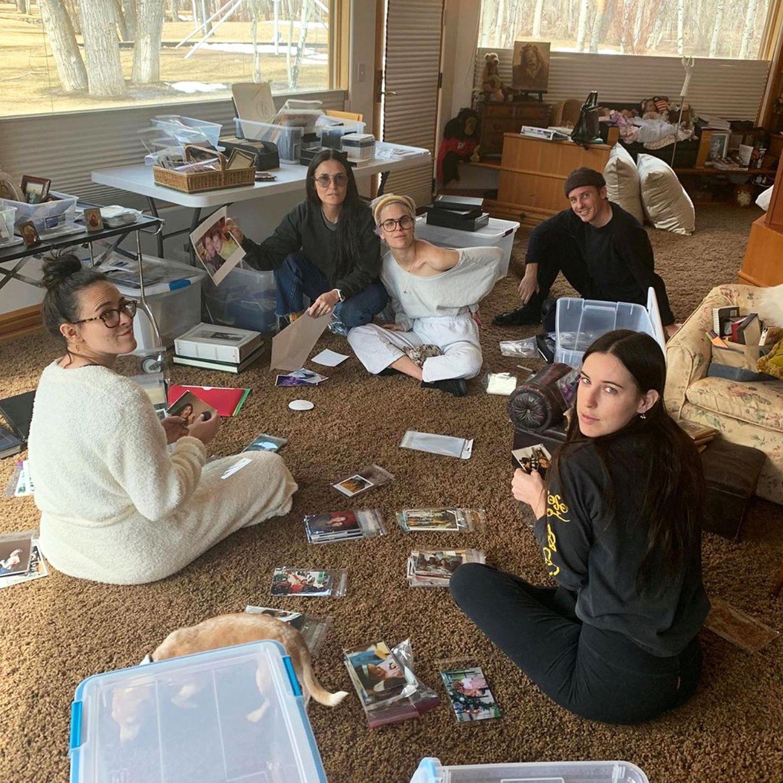 Demi Moore und ihre Töchter nutzen die Zeit für ein großes Fotoprojekt, und Tallulahs Freund Dillon Buss hilft auch mit.