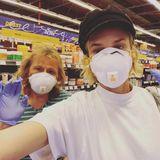 Einkaufen? Aber sicher! Diane Kruger und ihre Mutter Maria-Theresa arbeiten ihren Einkaufzettel mit Schutzmasken und Gummihandschuhen ab.