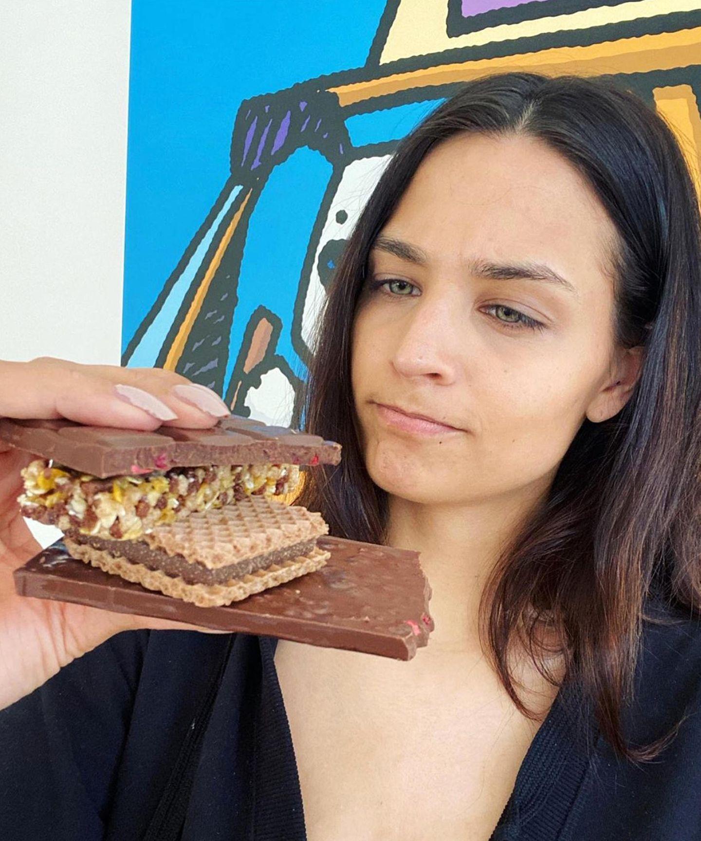 Amira Pocher hatnach ihrer Corona-Erkränkung endlich ihren Geschmackssinn wiedergefunden. Und der wird mit einer großen Portion Schokolade, Haselnusswaffeln und Müsliriegeln ausgetestet.