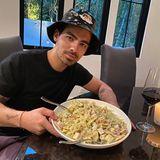 Sophie Turner genießt die Vorteile, einen italienischen Jungen geheiratet zu haben. Im Hause Jonas gibt es nämlich leckeren Nudelsalat.