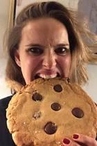 Riesenkeks statt Red-Carpet-Glamour: Natalie Portman scheint sich an ihre süßen Eigenkreation fast die Zähne auszubeißen.