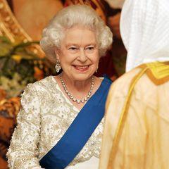 """Während ihres Staatsbesuchs in Abu Dhabi trägt die Queen eine funkelnde Diamanten-Kette, das sogenannte """"The Queen's Diamond Collet Necklace""""."""