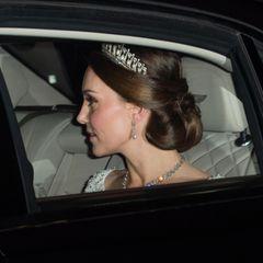 Am 5. Dezember 2017 nimmtKate am jährlichen diplomatischen Empfang im Buckingham Palace teil. Der Empfang ist das wichtigste diplomatische gesellschaftliche Ereignis des Jahres in London. Es ist auch der größte Empfang im Buckingham Palace: Kein Wunder, dass sich Kate also in Schale wirft und eine ganz besondere Kette um den Hals trägt...