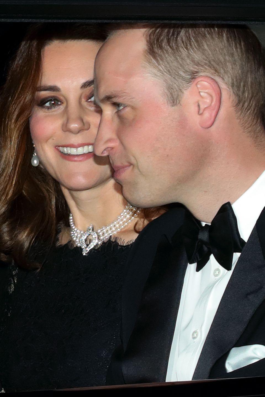 """Anlässlich des 70. Hochzeitstages von der Queen und ihrem Mann Prinz Philip trägt Kate die """"Four-Strand Pearl Choker""""-Kette."""
