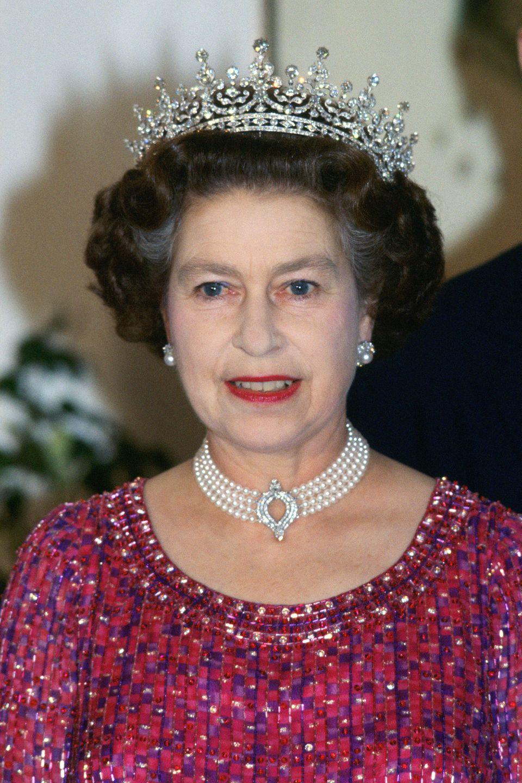 Die Halskettewurde ursprünglich von derQueen mit Perlen in Auftrag gegeben, die ein Geschenk der japanischen Regierung waren. Es ist mit einem Diamantverschluss befestigt.
