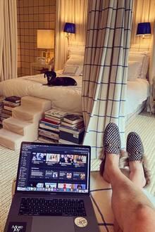 So sieht also Home Office bei Social-Media-Star und YouTube-Modechef Derek Blasberg aus. Die Idee mit der Hundetreppe neben gestapelten Büchern gefällt uns an seinem stilvollen Schlafzimmer besonders gut.