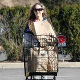 Allein auf weiter Flur: Sarah Jessica Parker hat sich mit ihrer Familie in die Hamptons zurückgezogen und erledigt vor Ort die nötigsten Einkäufe. Ziemlich entspannt schiebt die Schauspielerin ihre Einkäufe über den menschenleeren Parkplatz und hat dabei sogar noch ein Lächeln für den Paparazzo übrig.