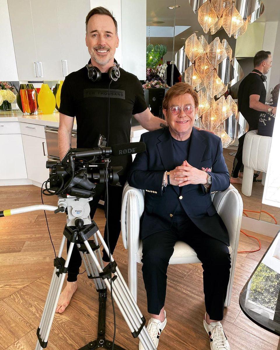 """Wie viele andere Künstler beteiligt sich auch Elton John an den Wohnzimmer-Konzerten, um für das """"Feeding America""""-Netzwerk Spenden zu sammeln. Mit Ehemann David Furnish bereitet er sich auf die Übertragung vor. """"Feeding America"""" macht es sich zur Aufgabe, hungernde Menschen im ganzen Land mit Nahrungsmitteln zu unterstützen."""