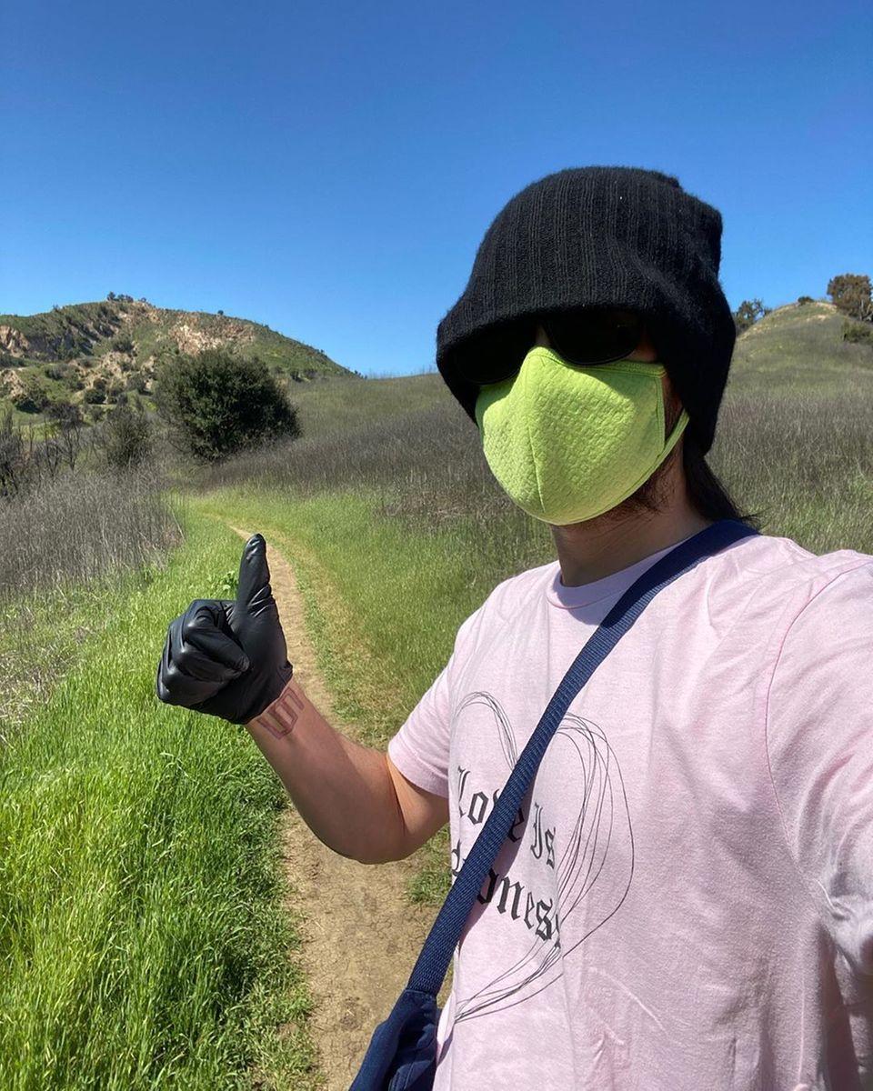 Ganz allein auf weiter Flur ist Jared Leto. Trotzdem meint er, sich mit Maske und Handschuhen schützen zu müssen.