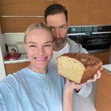 Kate Bosworth und Ehemann Michael halten einPrachtexemplar ihres selbst gebackenen Bauernbrots in die Kamera. Und das Beste: Per Live-Video auf Instagram zeigen sie ihren Fans, wie's geht.