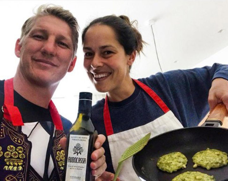 """Bastian Schweinsteiger beschreibt das Kochen mit Ehefrau Ana Ivanović als einen der """"schönsten Nebeneffekte vom Zuhausebleiben"""". Und dasglaubt man dem Fußballstarbei diesem glücklichen Pärchen-Selfie aus der Küche sofort."""