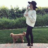 Miranda Kerr ist die Einhaltung der Quarantäne wichtig. Lässig posiert sie auf ihrer Terrasse mit einer Tasse Kaffee, gibt aber auf Instagram zu, dass sie ein schlechtes Gewissen plagt. Der Grund dafür ist,dass sie es als Luxus empfindet, zu Hause bleiben zu können, während es anderen nicht möglich ist, weil sie sich um unser aller Wohl und Sicherheit kümmern.