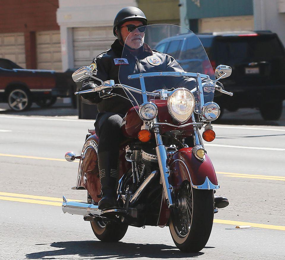 """28. März 2020  Freie Fahrt voraus! Wie in seinem Action-Klassiker """"Terminator""""schwingt sich Arnold Schwarzenegger auf sein Motorrad, um lässig durch die leeren Straßen von Los Angeles zu rollen."""