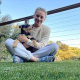 """Schauspielerin Lili Reinhart teilt ihr süßes """"Quarantäne-Familienportrait"""" auf Instagram."""