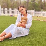 """Auch """"Stranger Things""""-Star Millie Bobby Brown nutzt die freie Zeit, um mit ihrem """"Baby Girl"""" zu kuscheln."""