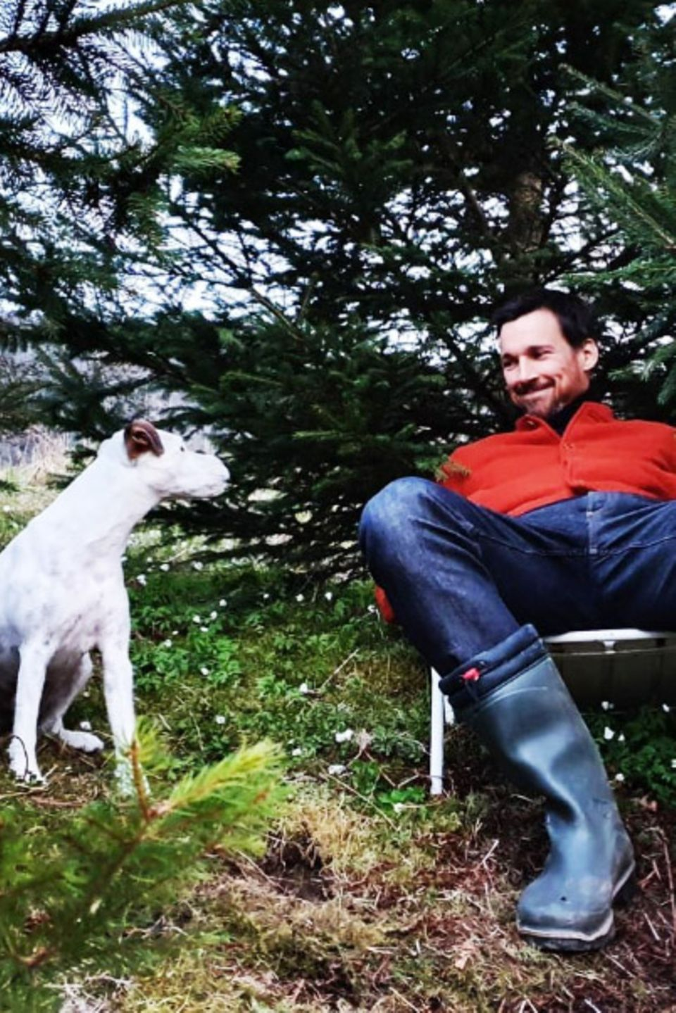Auch in Krisenzeiten ist der Hund der treueste Begleiter der Stars, wie uns Schauspieler Florian David Fitz und Terrier Elmo zeigen. Vorbildlich hält sich der fellige Freund sogar an eine Pfotenlänge Abstand.