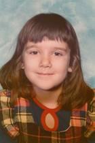 Céline Dion  Ob sich dieses kleine Mädchen damals bereits vorstellen konnte, dass aus ihr einmal einer der größten Popstars unserer Zeit werden wird? Zumindest lächelt die kleine Céline Dion schon ziemlich siegessicher in die Kamera. Ein musikalisches Talent bringt sie schon früh mit, ihreStilsicherheit entwickelt sichhingegenwohl erst später. Obwohl, vielleicht war die Sängerin mit dem DIY-Fransenpony auch damals ihrer Zeit einfach einen modischen Schritt voraus...