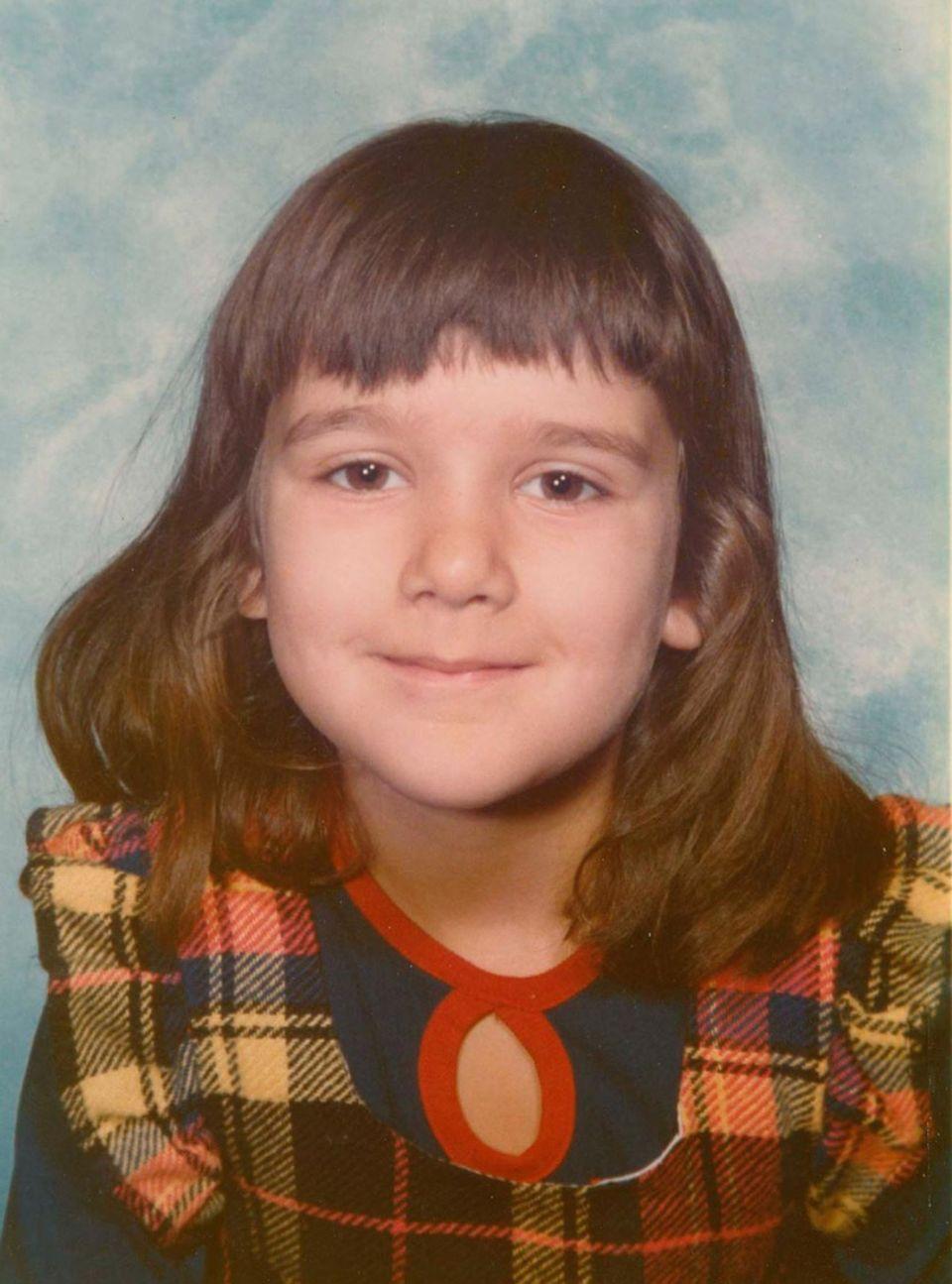 Céline Dion  Ob sich dieses kleine Mädchen damals bereits vorstellen konnte, dass aus ihr einmal einer der größten Popstars unserer Zeit werden wird? Zumindest lächelt die kleine Céline Dion schon ziemlich siegessicher in die Kamera. Ein musikalisches Talent bringt sie schon früh mit, ihreStilsicherheit entwickelt sichhingegenwohl erst später. Obwohl, vielleicht war die Sängerin mit dem DIY-Fransenpony auch damals ihrer Zeit einfach einen modischen Schritt bzw. Schnitt voraus.