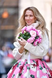 """Heute hat sichCéline Dion als beste Sängerin der Welt einen Namen gemacht und kann aufstolze 40 Jahre im Musikgeschäft zurückblicken. 1997 singt sich die Pop-Diva mit dem Titanic-Hit """"My Heart Will Go On"""" in die Herzen ihrer Fans und schreibt damit Musikgeschichte.Seitdem hat sie weltweit über 250 Millionen Tonträger verkauft. Aber Céline Dion überrascht nicht nur mit ihrer Mega-Stimme, sondern ist mit ihrenextravaganten Outfits mittlerweile auch zur echten Stil-Ikone aufgestiegen."""