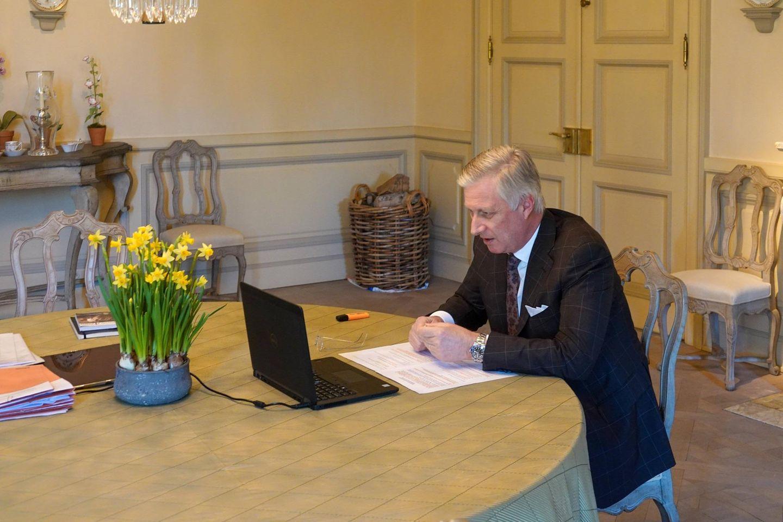 Bei König Philippe von Belgien ist schon der Frühling eingezogen. Er sitzt für eine Skype-Konferenz an einem großen Tisch auf dem ein paar Osterglocken stehen. Helle Möbel, ein schöner Korb und der orange Marker sind zusätzliche Hingucker!