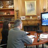 Königin Letizia und König Felipe von Spanien halten eine Videokonferenz mit dem spanischen Roten Kreuz ab. Auch sie arbeiten zu Zeiten des Coronavirus aus ihremprunkvollen Büro im Zarzuela Palast in Madrid.