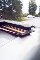 Ein Mann vergaß eine fünfstellige Summeauf seinem Autodach. (Symbolbild)