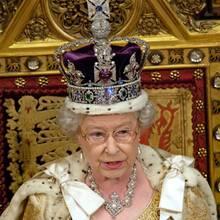 Queen Elizabeth II mit der Imperial State Crown, in die vorne der riesige Cullinan II eingelassen ist