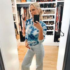 """Die US-amerikanische Schauspielerin Molly Sims versucht sich auch im Homeoffice schick zu machen, schreibt auf Instagram: """"Hübsch gemacht, um jetzt ins Wohnzimmer zu gehen"""". Wenn man sich ihren Kleiderschrank genauer ansieht, scheint es an der passenden Auswahl auch nicht zu mangeln."""